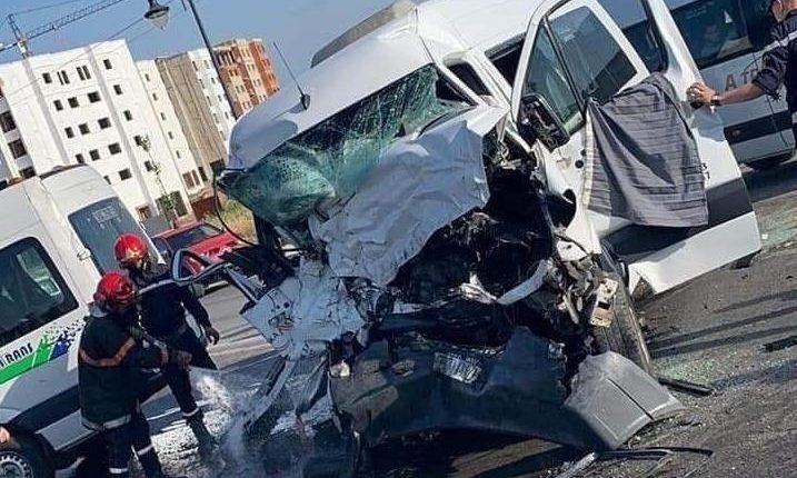 حادثة سير إثر اصطدام بين سيارتين لنقل العمال بطنجة